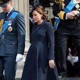 Während ihrer Schwangerschaft mit Prinzessin Charlotte zeigte sich Catherine bei einem Gottesdienst in der St. Pauls Cathedral ganz elegant in diesem dunkelblauen, schön schwingenden Mantel.