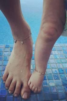 Für einen Tag am Pool tragen Behati Prinsloo und Töchterchen Dusty Rose beide ein Fußkettchen von Jacquie Aiche für schlappe 3.750 Dollar (umgerechnet circa 3.470 Euro).
