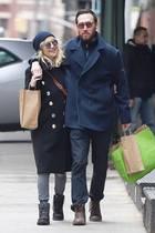 Das klappt doch schon ganz gut mit dem Partnerlook! Kate Hudson und Musiker Danny Fujikawa sind zwar erst seit kurzem ein Paar, lässige Kleidung in gedeckten Farben wie Grau und Dunkelblau, coole Sonnenbrillen, abgelaufeneStiefel und sogar ökologisch vertretbare Papiertüten. Wir sehen für die beiden verliebten Täubchen rosige Style-Zeiten!