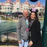 """Disneyland Paris wird 25 Jahre alt und Teri Hatcher feiert mit. Gemeinsam mit ihrem Vater ist die Schauspielerin dafür nach Frankreich gekommen und freut sich riesig. """"Wir haben es geschafft! Endlich!"""", schreibt sie zu diesem Foto auf Instagram."""