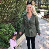 Auch die kleine Sophia hat im Disney-Store einen Haarreif bekommen und sich in eine Mini-Minnie-Mouse verwandelt. Die Schleife ihres Modells ist natürlich rosa und passt damit perfekt zu ihrem niedlichen Jäckchen.