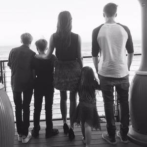 """26. März 2017  Zum Muttertag postet David Beckham ein Foto seiner Liebsten. """"Danke dir für das allerschönste Geschenk"""" - postet David an Victoria Beckham und meint damit natürlich seine Kinder: Romeo, Cruz, Harper und Brooklyn."""