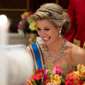 """Bei dem Staatsbankett im königlichen Schloss richten sich Ende März alle Augen auf Königin Máxima, die mit ihrem funkelnden Schmuck nur so um die Wette strahlt. Ganz besonders fällt die hübsche Tiara auf, die ihrer Frisur den royalen Schliff gibt. Dabei war dieses Stück anfangs gar nicht als Diadem gedacht:  1879 erhält Königin Emma es in Form einer Kette. Erst ihre Tochter, Königin Wilhelmina, lässt es in den 30er-Jahren zu dem """"Dutch Diamond Bandeau"""" umgestalten. Seither ist es eines der Prachtstücke der Schmuckkollektion des niederländischen Königshauses."""