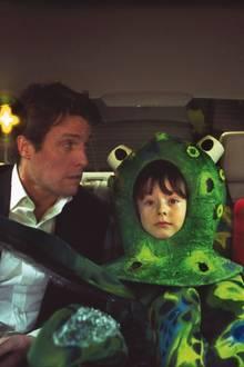 """Diese Szene aus """"Tatsächlich ... Liebe"""" ist einfach zu niedlich: Auf dem Weg zur Weihnachtsfeier möchte der Premierminister alias Hugh Grant seiner Ex-Angestellten Natalie seine Liebe gestehen. Doch es kommt etwas dazwischen. Nämlich ein großer Oktopuskopf, beziehungsweise ein kleiner Junge. Billy Campbell spielt 2003 den süßen Bruder, der für die Schulaufführung in das grüne Kostüm schlüpft."""