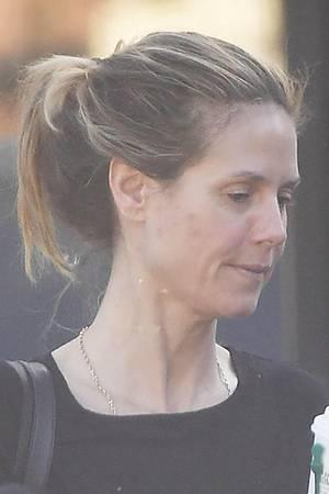 Grund für ihr unreines Hautbild auf diesem Foto scheint ein Besuch im Beauty-Salon zu sein, den sie gerade verlässt. Bei Gesichtsbehandlungen werden die Poren geöffnet und sind anschließend anfälliger für Bakterien, sodass sich leichter Pickelchen entwickeln. Ein Tag ohne Make-up und perfektes Styling sei der viel beschäftigten Modelmama gegönnt.