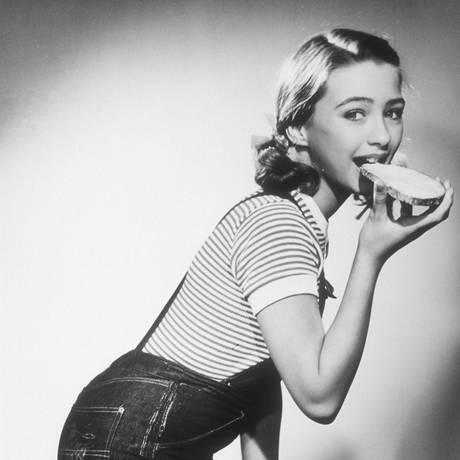 1950er Jahre  Kinderstar Christine Kaufmann im Fotostudio.