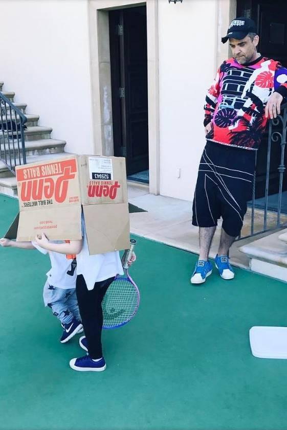 25. März 2017  Es steht Papa Robbie Williams ins Gesicht geschrieben: Das Tennistraining mit den Kids gerät etwas aus dem Ruder.