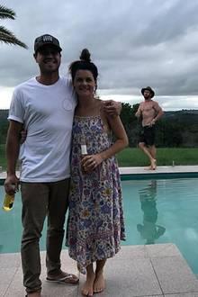 Könnt ihr Mal bitte aus dem Bild gehen. Chris war zuerst da, oder? Chris Hemsworth foppt seine Freunde und mogelt sich in das Pärchenfoto.