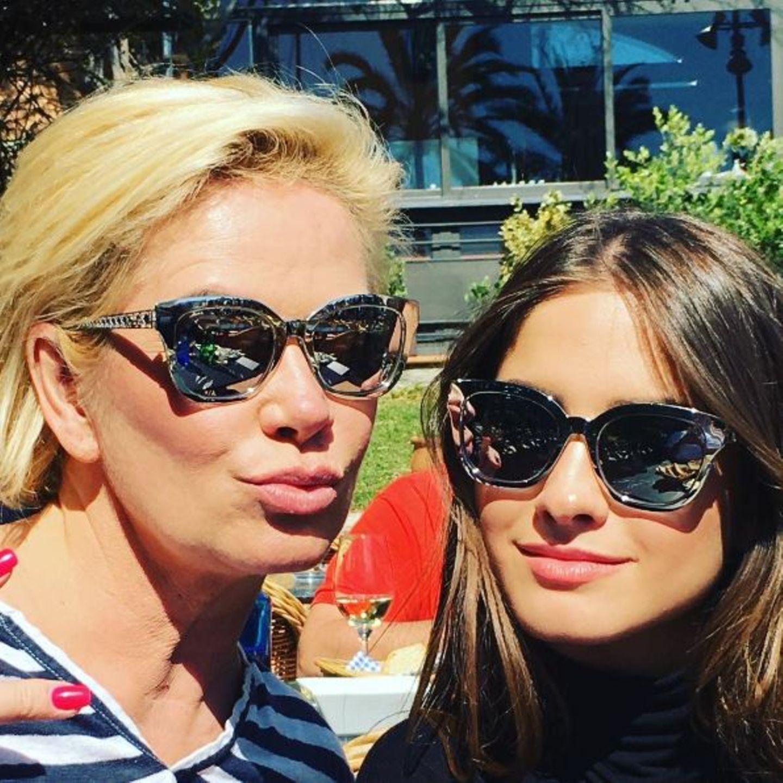 Spieglein, Spieglein auf der Nase: Claudia Effenberg und Tochter Lucia zeigen mit ihren Mirror-Sonnenbrillen, welches das schönste - vor allem aber coolste - Mutter-Tochter-Gespann im Land ist.