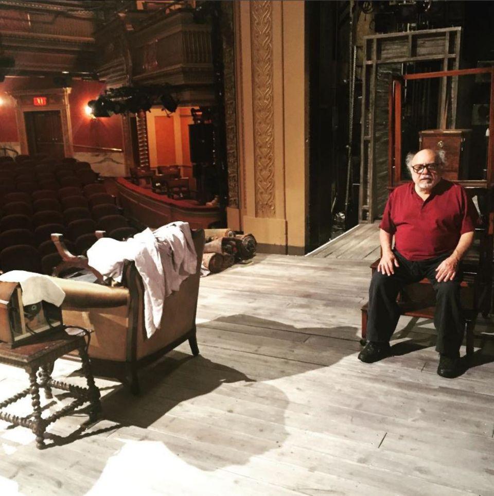 29. März 2017  Auf den Brettern, die die Welt bedeuten, der Theaterbühne in New York, sitzt der große Danny De Vito.