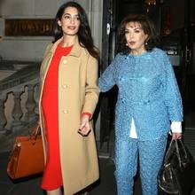 Girls' Night Out: Am Abend geht die zukünftige Zweifachmama im selben Oufit mit ihrer Mutter Baria Alamuddin aus. Deutlich zeichnet sich nun ein Babybäuchlein unter Amals Kleid ab.