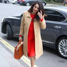 Im leuchtend roten Kleid und elegantem Camel-Mantel kommt Amal Clooney im Londoner Chatham House an, wo sie eine Rede über Kriegsverbrechen in Syrien und im Irak halten wird.
