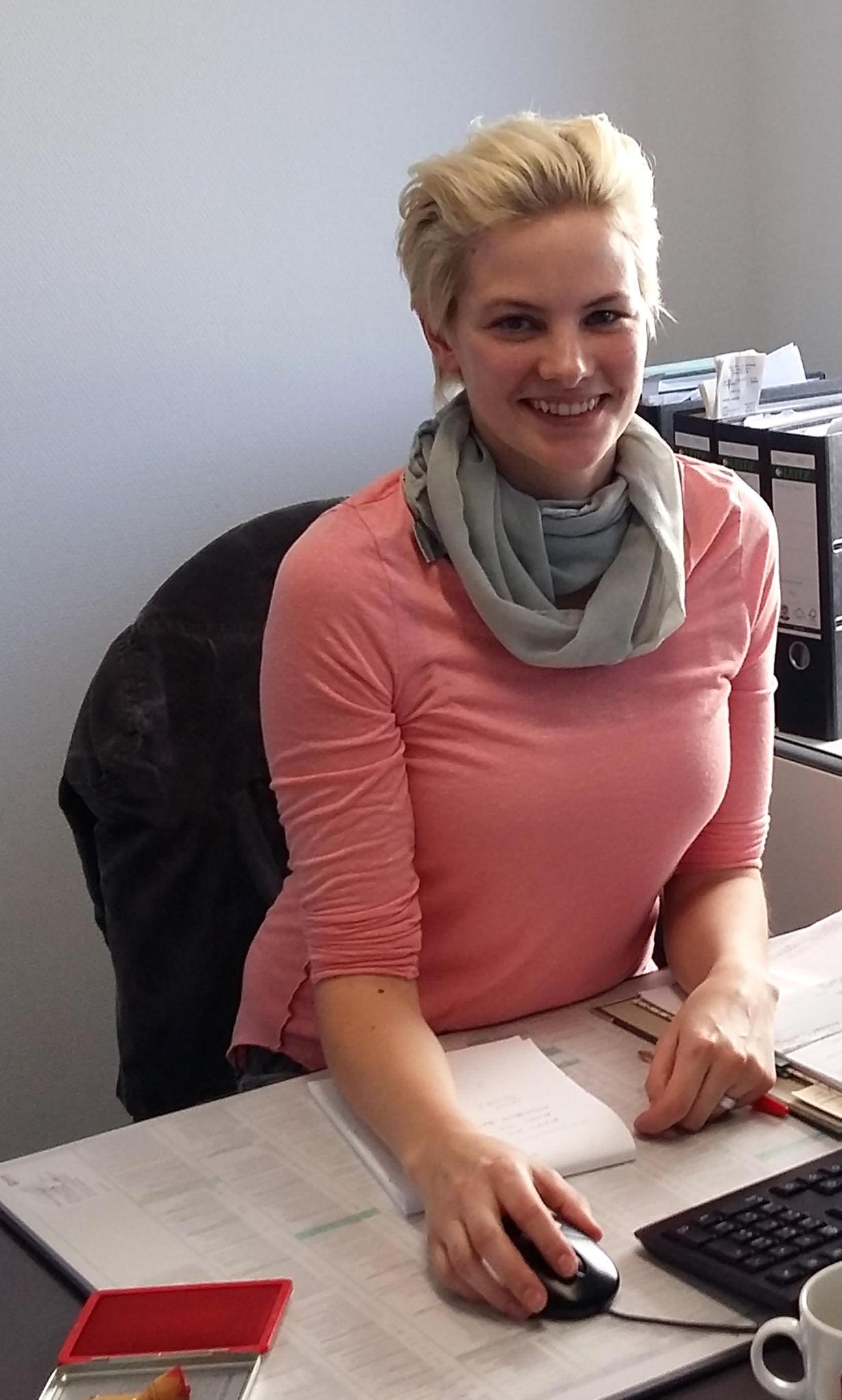 """Die """"GNTM""""-Gewinnerin von 2008 an ihrem Ausbildungsplatz bei der Steuerkanzlei Haas & Haas in Gießen"""