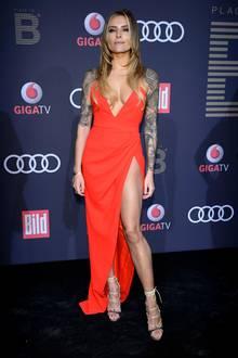 Auch ein hoher Beinschlitz kann entzücken - aber ups! Auch ein mega Dekolleté ziert dieses freizügige Kleid. Sophia Thomalla lässt als Lady in Red tief blicken.
