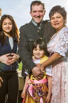 Narumol und Josef mit den Töchtern Jorafina und Jennys und Jennys Freund Michael