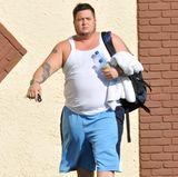 """Chaz Bono, der Sohn von Sängerin Cher, hat vor seiner Teilnahme bei """"Dancing with the Stars"""" mit seinem Übergewicht zu kämpfen. Mit einem kugelrunden Bauch kommt er bei seinem ersten Training an."""