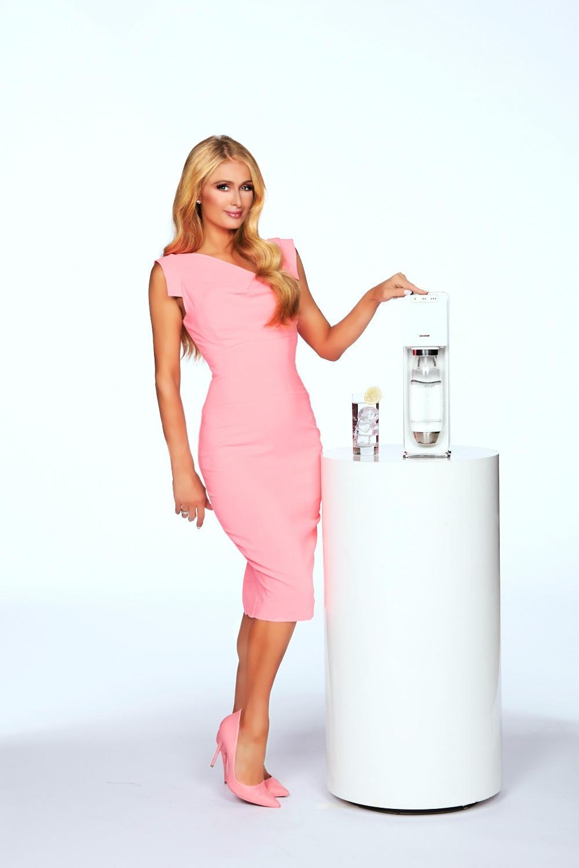 """Zusammen mit SodaStream macht Paris Hilton nun in einem neuen, witzigen Spot auf unnötigen Plastikmüll aufmerksam. Im """"NanoDrop""""-Clip zeigt sie sich dabei wieder einmal von ihrer besten und selbstironischen Seite."""