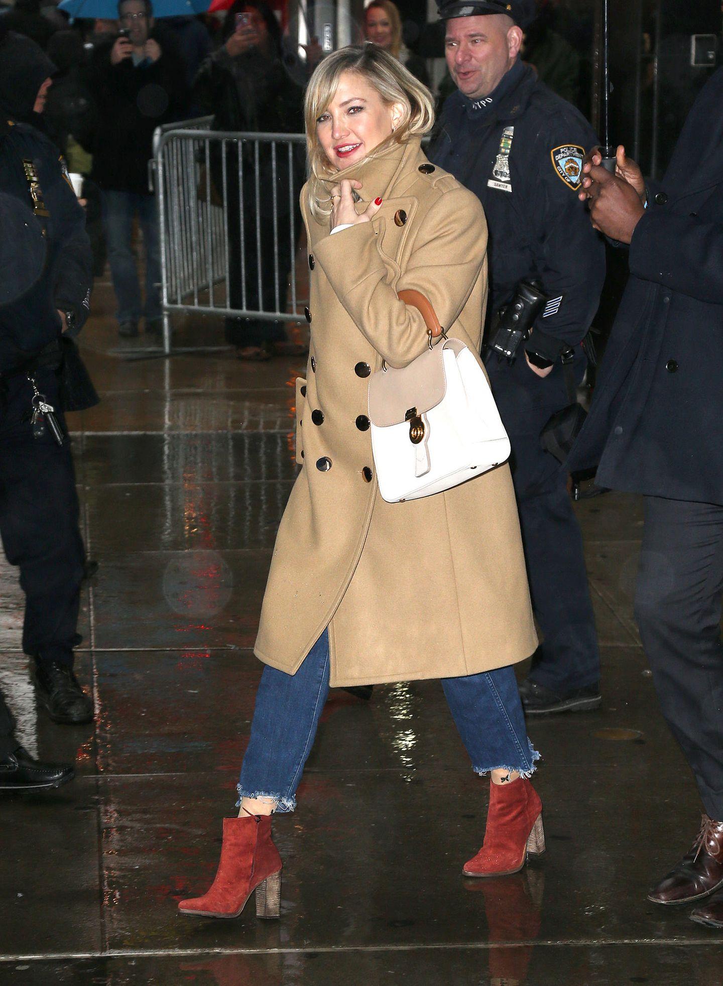 Selbst das fiese Schmuddelwetter kann Kate Hudsons super Style-Gespür nichts ausmachen. Mit ziegelroten Wildleder-Booties, abgeschnittenen Jeans und einem zeitlos-schönen, zweireihen Mantel in Beige macht sie wieder einmal alles richtig.
