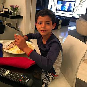 31. März 2017  Wer in die Fußstapfen von seinem Vater treten möchte, muss gut essen und wenn dieser der große Cristiano Ronaldo ist, dann erst recht. Der sechs jährige Cristiano Junior verdrückt eine ordentliche Portion. Guten Appetit!