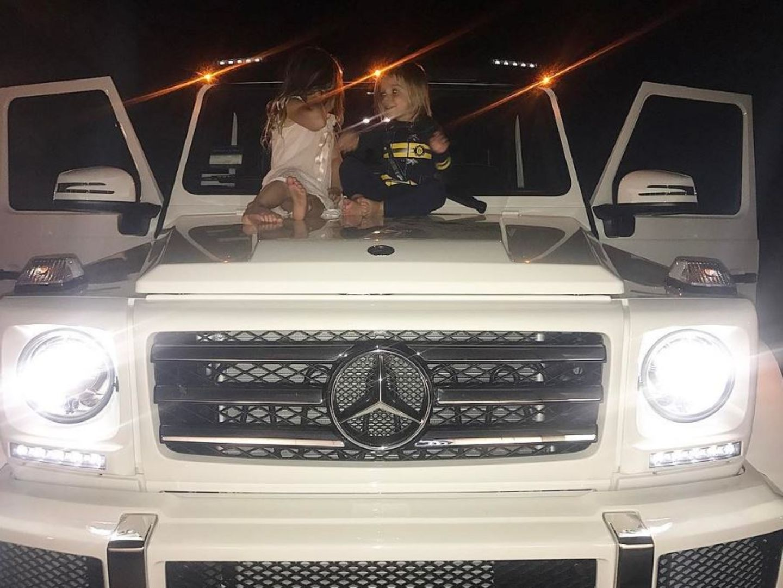 25. März 2017  So sieht das süße Leben von sehr reichen Kindern aus. Kourtney Kardashian parkt ihre zwei Kinder auf der Autohaube und die genießen die Sicht von der ersten Reihe.