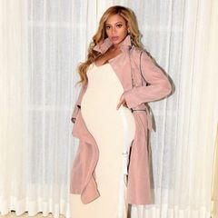 Aber nicht nur zu Date-Night weiß Beyoncé ihren Babybauch schön zu verpacken. In diesem hellen Kleid mit Trenchcoat kommt die Größe ihres Bauches noch mehr zur Geltung.