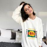 """""""Happy cosy Sunday"""" wünscht Sängerin Lena Meyer-Landrut ihren Followern in einem gemütlichen Sweatshirt von Gucci. Ganz schön luxuriöses Wochenende - denn dieser Pullover kostet über 1.500 Euro."""