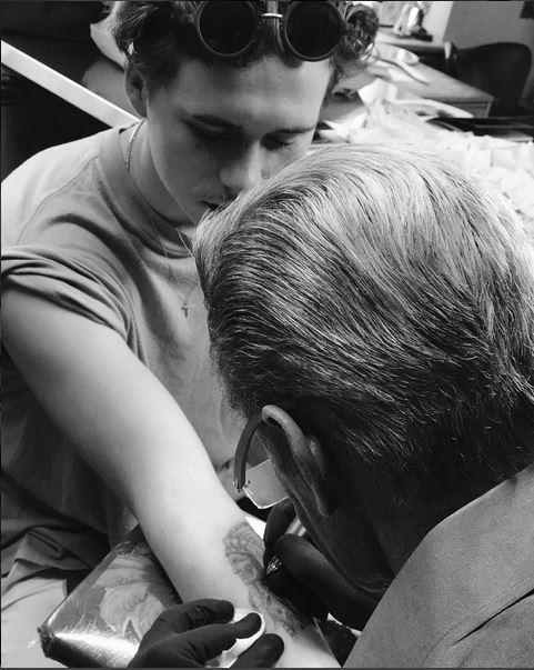 Wie der Vater, so der Sohn: Brooklyn Beckham bedankt sich bei Tattoo Artist Mark für das gelungene Motiv, das einer Tätowierung seines Vaters David nachempfunden ist.