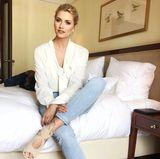 Wie eine Lady kommt Lena Gercke in diesem Outfit daher. Dabei sind es besonders ihre beigen Cutout-Sandaletten, die dem Jeans-Look einen edlen Touch verleihen.