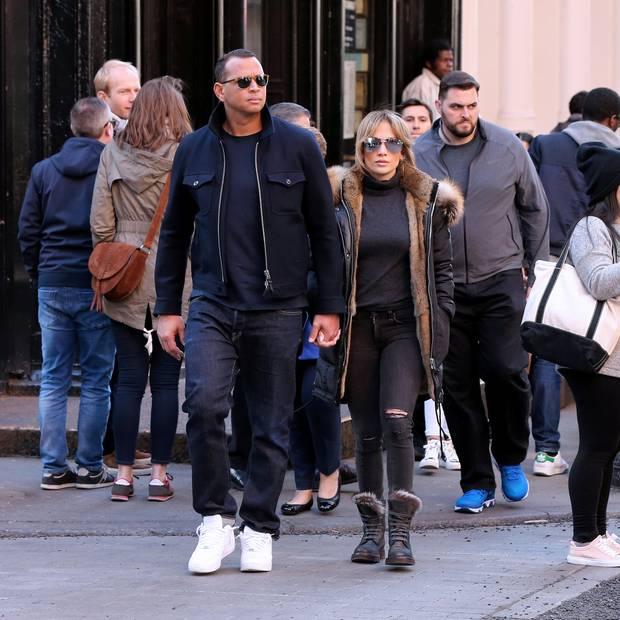 Auch wenn sie sich zu einem romantischen Spaziergang durch New York extra unauffällig kleiden und Sonnenbrillen tragen, gehen Jennifer Lopez und ihr neuer Freund, Alex Rodriguez, nicht in der Masse unter. Alle Welt kann nun sehen: Sie gehören zusammen. Das schreit auch ihr Partnerlook im gedeckten Dunkelblau.
