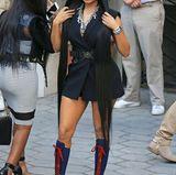 Der superknappe, ärmellose Blazer-Look ist für Nici Minaj fast schon bieder! Blickfang sind vor allem ihre Haare die bis zu den blau-roten Schnür-Boots reichen.
