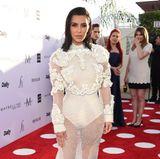 Kim Kardashian erinnert im weißen Givenchy-Dress ein wenig an eine Pollen-Sammlerin mit nassen Haaren. Nicht unbedingt ihr gelungenster Red-Carpet-Look.