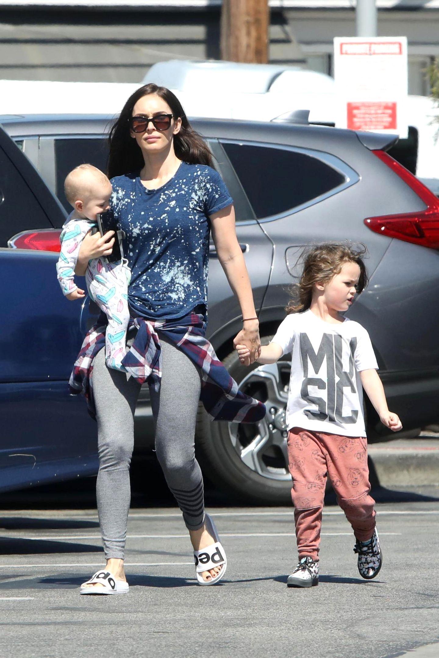 1. April 2017  Megan Fox unterwegs im bequemen Schlabberlook und Adiletten. Mit dabei ist ihr Baby Journey und Sohnemann Noah.