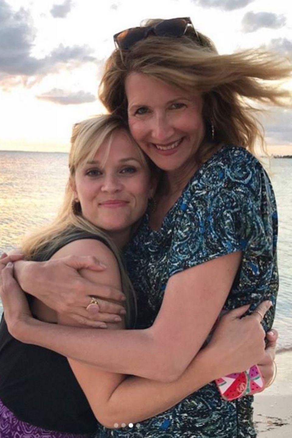 """Reese Witherspoon und Laura Dern   Zusammen genießen Reese Witherspoon und Laura Dern den Sonnenuntergang und Wein. Die """"Big Little Lies""""-Darstellerinnen verstehen sich blendend, wie die Fotos zeigen."""