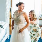 Ein Traum aus Perlen und Tüll... Beim Ankleiden ihres weiß- und champagnerfarbenen und aufwendig bestickten Brautkleids hat Janina Reimann vor der Trauung natürlich tatkräftige Hilfe von Mutter Manu bekommen. Alles Liebe für die Ehe wünschen wir!