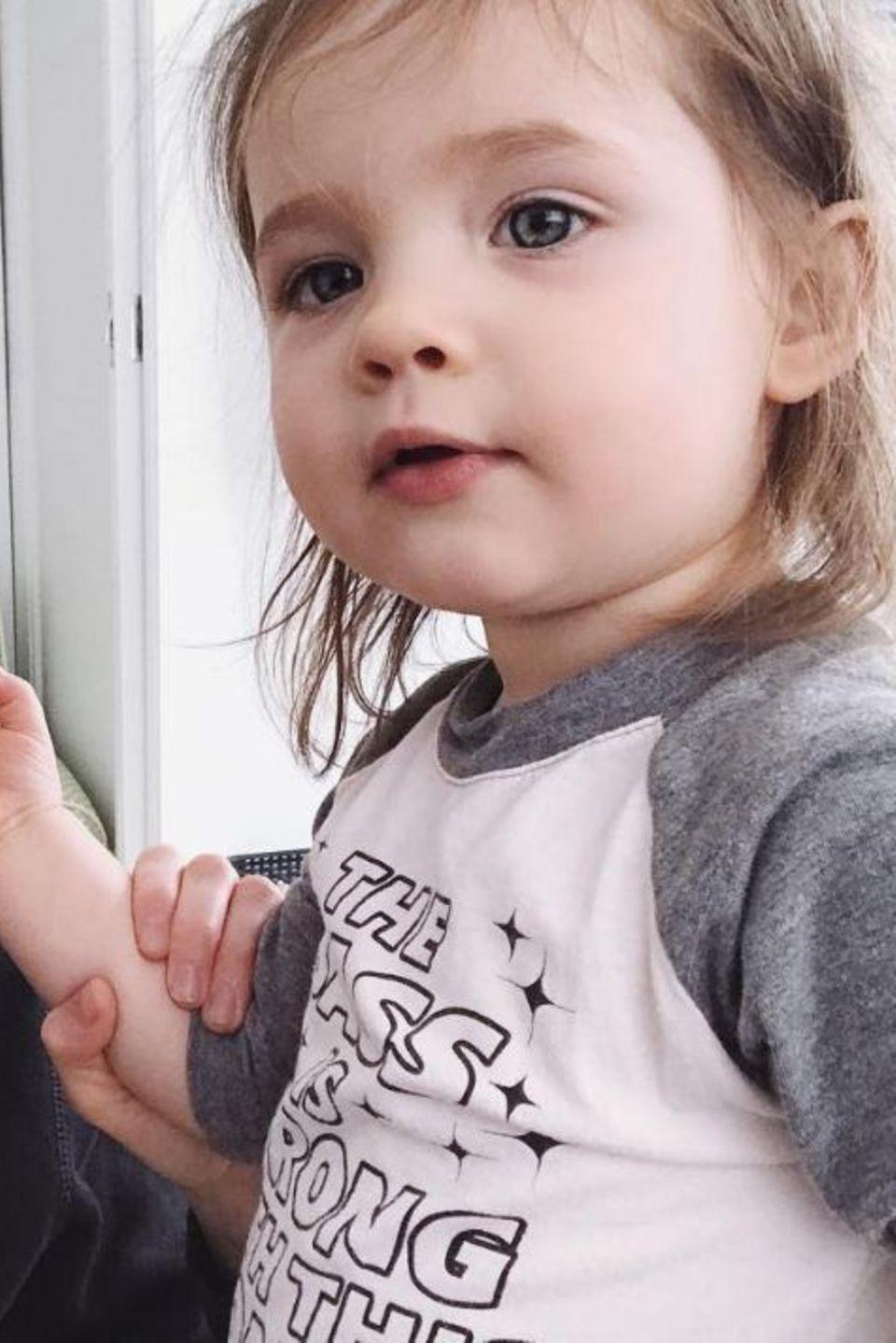 """31. März 2017  Coco Rocha hat einen neuen Make-up Artist gefunden. """"Sie ist so Avantgarde"""", postet sie scherzend über ihre klebewütige Tochter Ioni."""