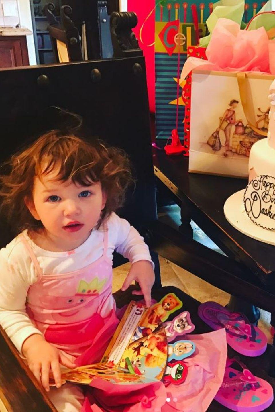 1. April 2017  Trotz fieser Erkältung lässt sich Dashiel nicht davon abbringen, ihre Geschenke auszupacken. Mutter Milla Jovovich gratuliert ihrer Süßen mit diesem Foto zum zweiten Geburtstag.