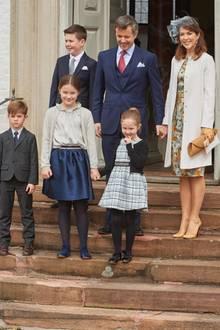 1. April 2017  Dänemarks Kronprinzenfamilie zeigt sich zu sechst bei der Konfirmation von Prinz Felix, dem Sohn von Frederiks Bruder Joachim.