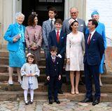 1. April 2017  Prinz Felix ist konfirmiert! Direkt nach dem Gottesdienst stellt sich der Konfirmant (Mitte) mit seinen Eltern und Großeltern sowie den Geschwistern für ein Foto auf. Königin Margrethe (ganz rechts) und Gräfin Alexandras Mutter Christa Manley (ganz links) tragen sogar passende Farben, als wenn sie sich abgesprochen hätten.
