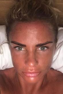 Hui! Katie Price teilt diesen Urlaubsschnappschuss mit ihren Fans auf Instagram. Gesunde Bräune sieht anders aus, wahrscheinlich hat die 38-Jährige jedoch ein wenig mit Selbstbräuner nachgeholfen.