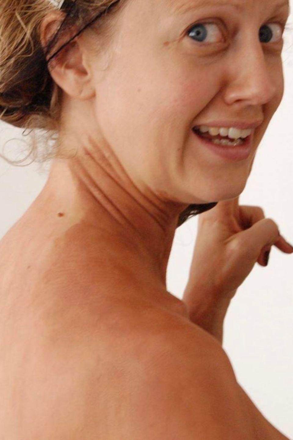 """Herrlich normal! TV-Liebling Barbara Schöneberger zeigt auf Instagram ihre fleckige Selbstbräuner-Panne: """"Das passiert wenn man Selbstbräuner für die Beine am Körper aufträgt"""", schreibt sie unter das Foto."""