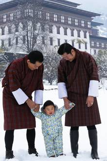 1. April 2017  Schnee im März, das gibt es selbst in Bhutan selten. Dick eingemummelt in einen Schneeanzug und an der Hand von Vater und Großvater erkundet der kleine Prinz Jigme Namgyel Wangchuck den Park. Bhutans Bürger bekommen dieses süße Bild wie immer für ihren Kalender.
