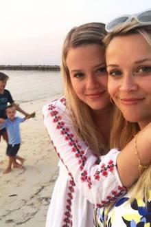 Ava Elizabeth Phillippe und Reese Witherspoon   Diese beiden Damen sehen sich nicht nur ähnlich, sie könnten glatt Zwillinge sein.Ob sich Ava Phillippe wie auch ihre berühmte Mutter für eine Karriere im Filmbusiness entscheidet, wird sich zeigen. Talent und Schönheit hat sie schließlich schon in die Wiege gelegt bekommen.