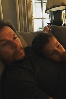 Mark Wahlberg und Brendan Joseph Wahlberg  Der Hollywoodstar sieht seinem Sohn nicht nur verdammt ähnlich, die beiden teilen auch eine Vorliebe für Collegebasketball, den sie gerade im TV schauen