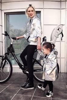 Oh, wie süß! Topmodel Coco Rocha zeigt sich mit ihrer bezaubernden Tochter Ioni ganz sportlich im silbernen Partnerlook. Mama Coco trägt Marc Jacobs, der Anorak der Kleinen ist von Bonpoints. Hingucker sind aber Ionis süße Bunny-Schuhe.
