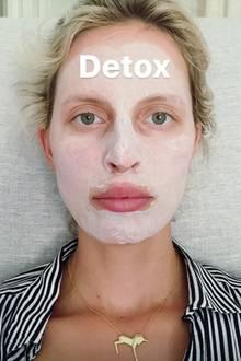 """In ihrer Instagram-Story gewährt Supermodel Karolina Kurkova einen Einblick in ihre Beauty-Routine. """"Detox"""", schreibt die schöne Zweifach-Mama zu dieser Gesichtsmaske."""