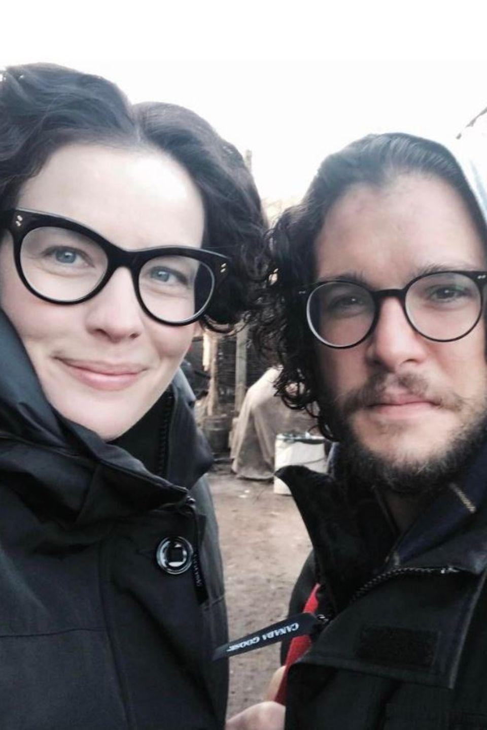 """3. April 2017  Spaßiger Brillenvergleich:Liv Tyler und Kit Harington grüßen vom Set der Mini-Serie """"Gunpowder""""."""