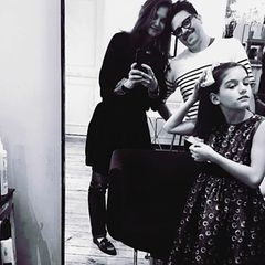 4. April 2017  Ein Besuch im Friseursalon macht Freude. Katie überlässt den letzten Schliff ihrer Tochter Suri selbst, die richtet ihre Haarschleife, bis es perfekt sitzt.