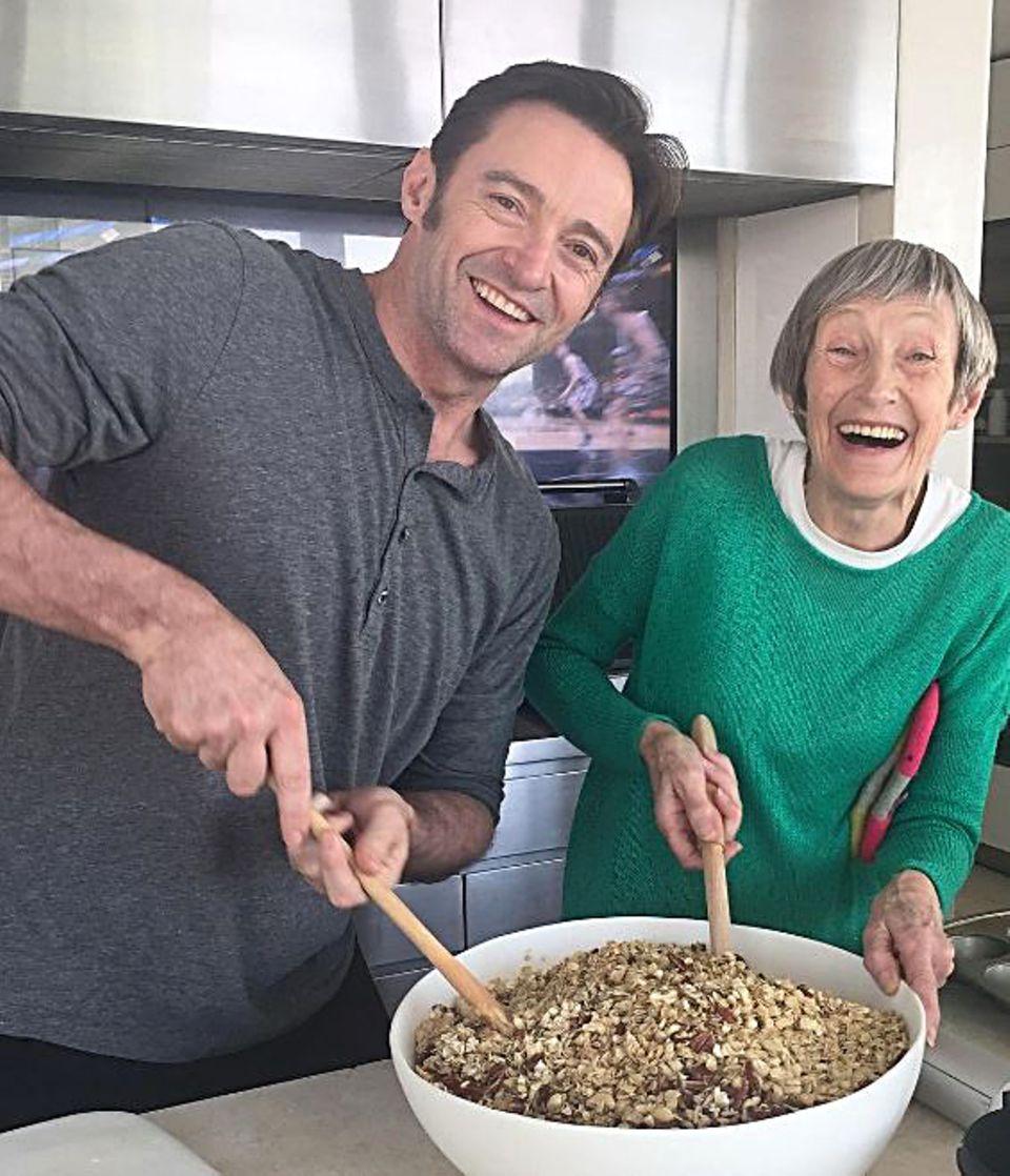 Wenn die Mama zu Besuch kommt, werden die Lieblingsgerichte gleich in riesigen Mengen zubereitet, nicht anders im Hause Jackman. Hugh geht seiner Mutter zu Hand.