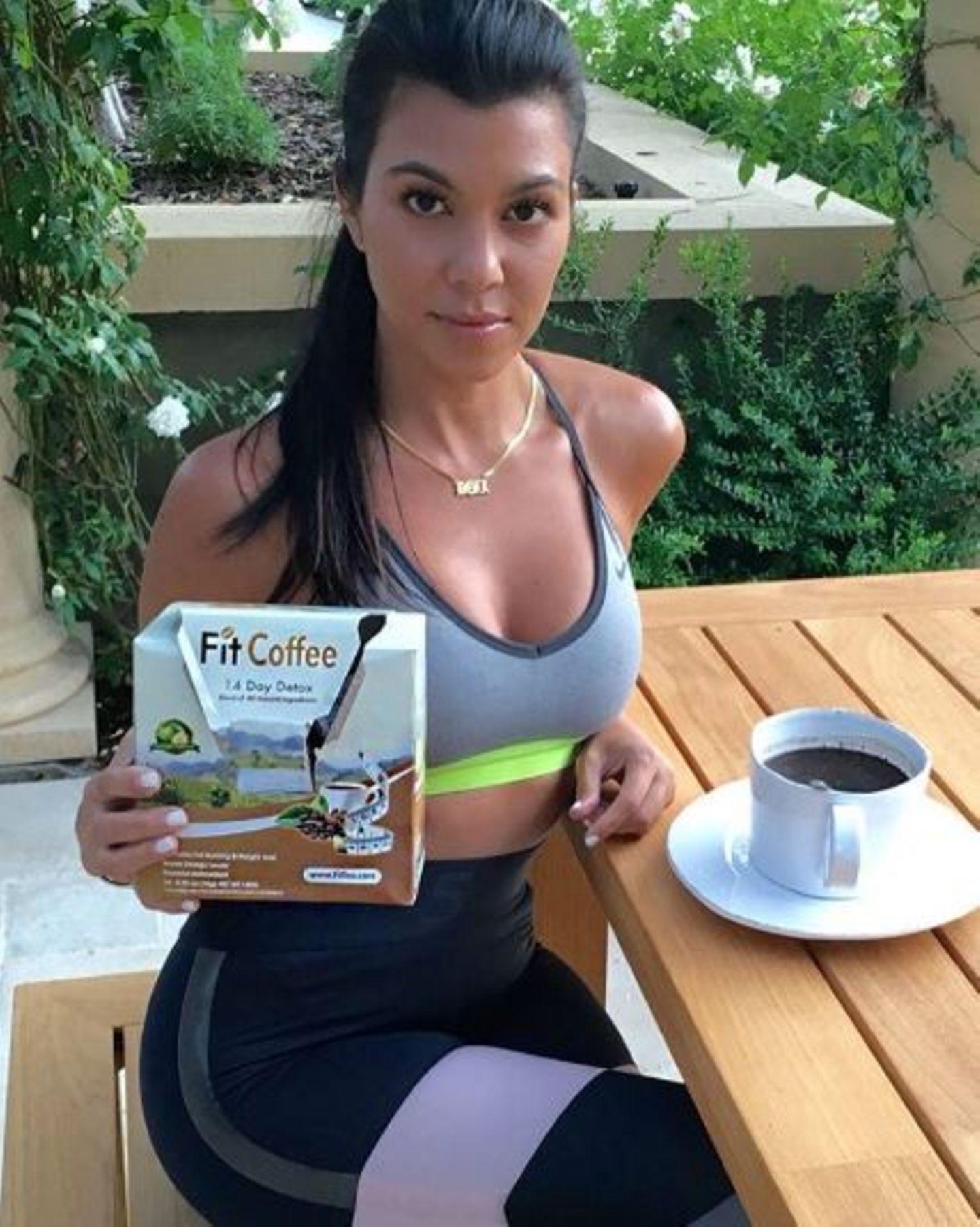 """Bei Kourtney Kardashian kommt die sportliche Silhouette nicht von ungefähr: Sie ist ein wahrer Workout-Junkie. Um die Fettverbrennung zu unterstützen, trinkt sie außerdem den """"Fit Coffee"""" - entweder zum Frühstück oder direkt vor einer Trainigseinheit."""