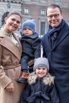 12. März 2017  Prinzessin Victoria feiert ihren Namenstag mit der ganzen Familie und den Untertanen im Schlosshof. Die Freude darüber, dass sie sogar den kleinen Oscar mitgebracht hat, ist riesig.